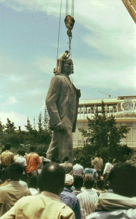 addis-abeba-23-maggio-1991-rimozione-della-statua-di-lenin-da-lenin-square-photo-luigia-spadano
