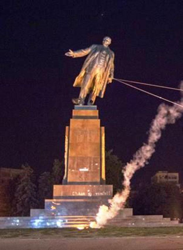 Abbattimento della statua di Lenin a Kiev